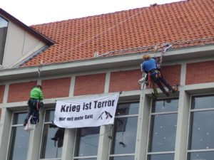 Features Specials Kaleidoskop Banner Galerie Radio Blogs Archiv Sprachen Ticker Versteckt Zensiert Kletteraktion gegen das öffentliche Auftreten der Bundeswehr in Lüneburg am 30.03.2017