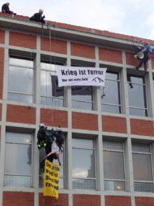 Kletteraktion gegen das öffentliche Auftreten der Bundeswehr in Lüneburg am 30.03.2017