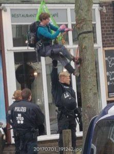 Eine Kletteraktivistin wurde über eine Stunde lang durch die Polizei am Demonstrieren gehindert, festgehalten und verletzt