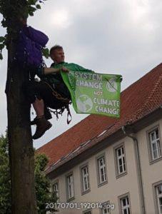 System change noch climate change - Ein Kletteraktivistbefand sich beim Eintreffen der Polizei außerhalb der Reichweite und konnte ein Banner zeigen