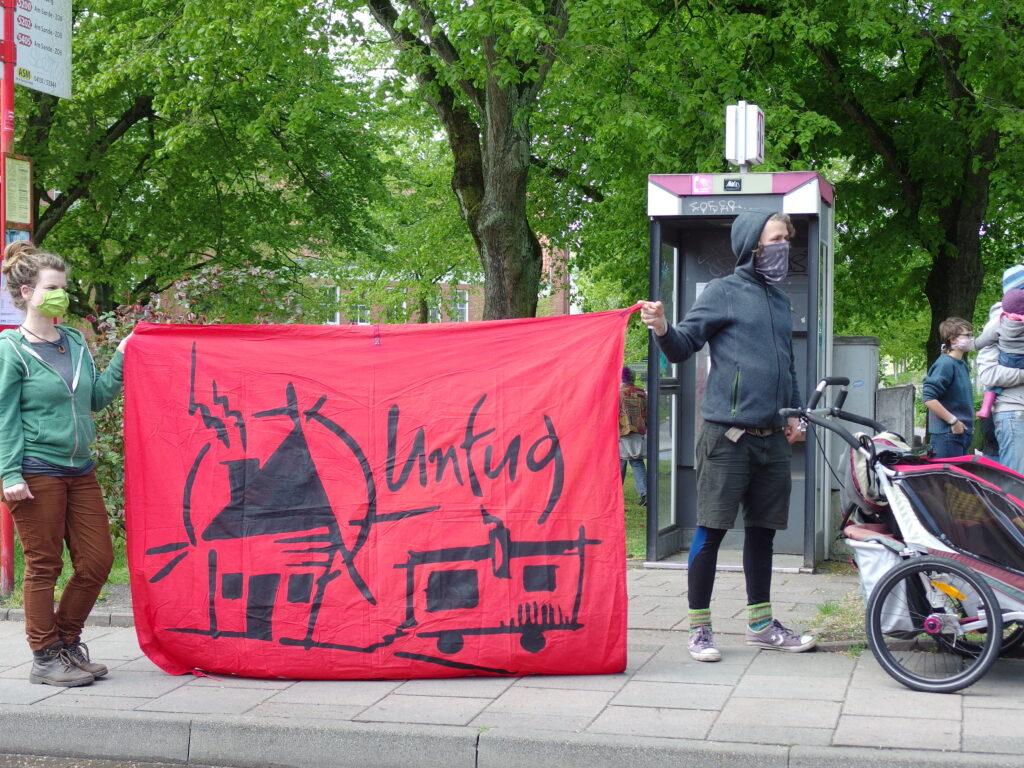 Unfug auf der Auftaktkundgebung mit Logo-Banner